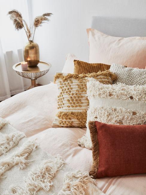 cuscini decorativi toni caldi come rosso e arancione