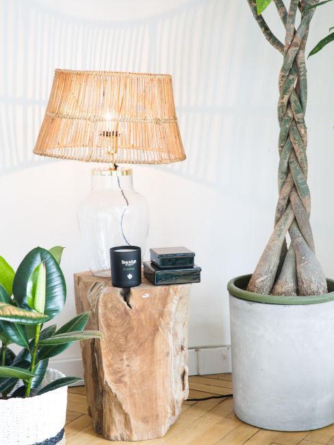 comodino in legno naturale con abat jour