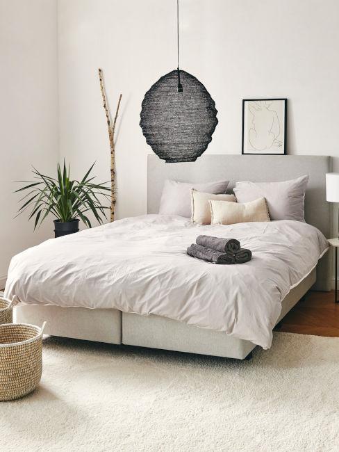 lampadario nero in camera da letto colori chiari neutru