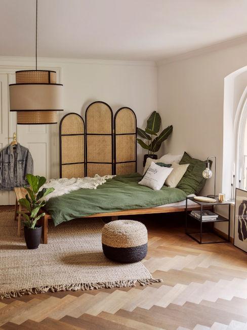 camera da letto con colori naturali e separé
