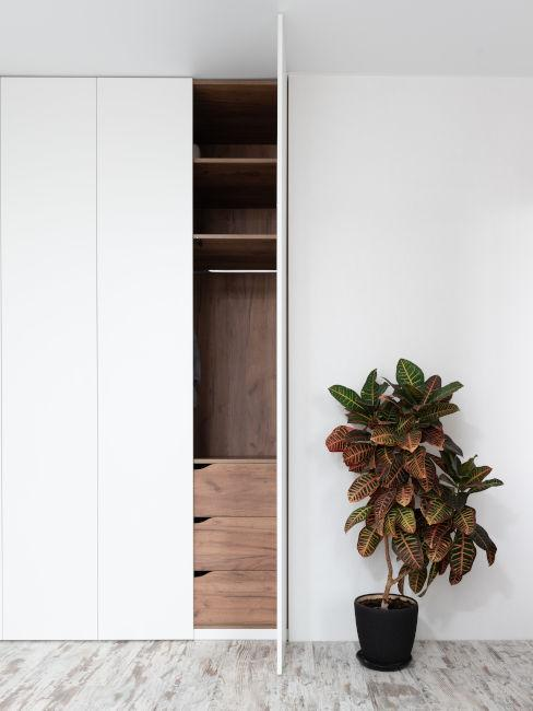 armadio a muro bianco con interni legno