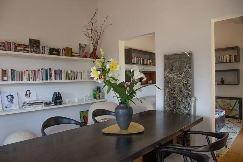 Sala meeting con tavolo in legno scuro