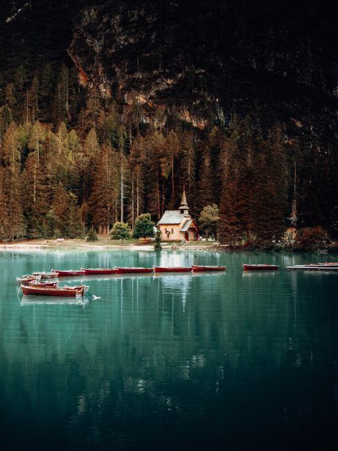 chiesetta sulla riva del lago di braies