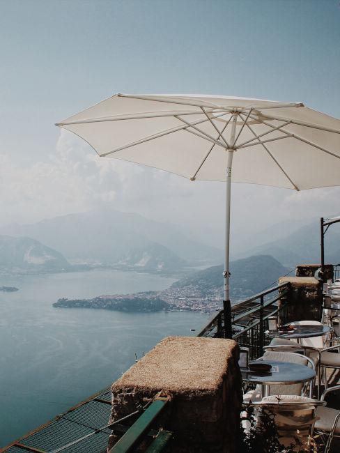 ristorante con vista sul lago