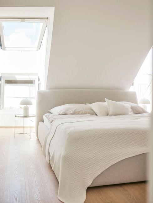 pozione letto in camera con tetto spiovene