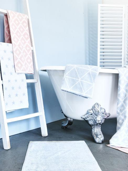 parete azzurra con vasca e scaletta porta asciugamani