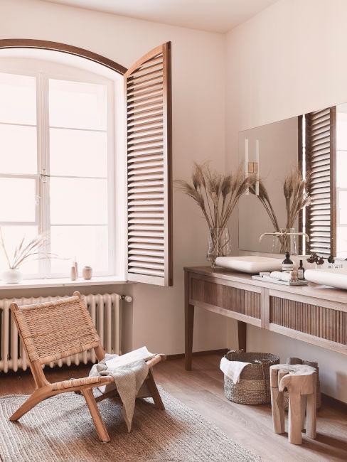 bagno con mobili in legno con pareti rosa antico