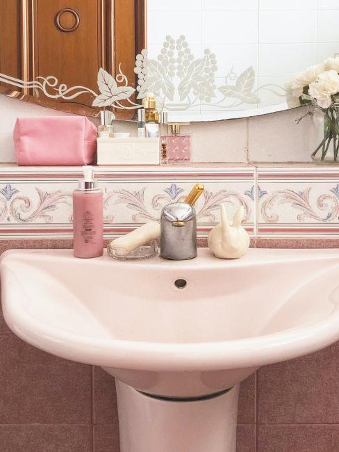 lavandino rosa e piastrelle con motivo floreale
