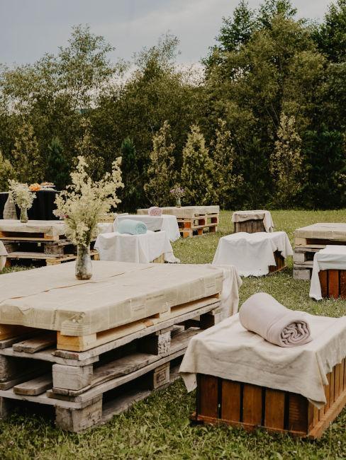 tavoli e sedute fatti con pallet per festa in vigna
