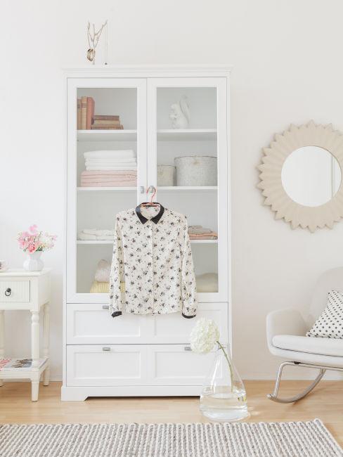 armadio piccolo bianco con vetrinetta