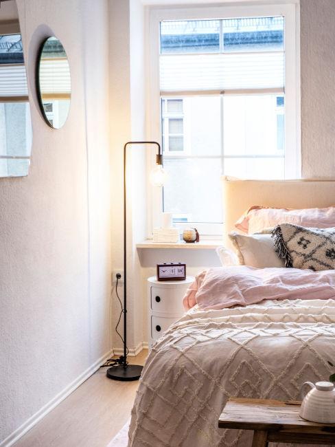 lampada da lettura posizionata da parte al letto