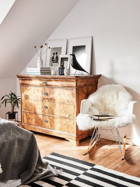 mobile in legno e sedia bianca