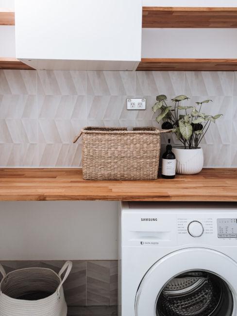 lavatrice sotto a mobile di legno