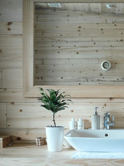 lavandino bianco in bagno con pareti in legno