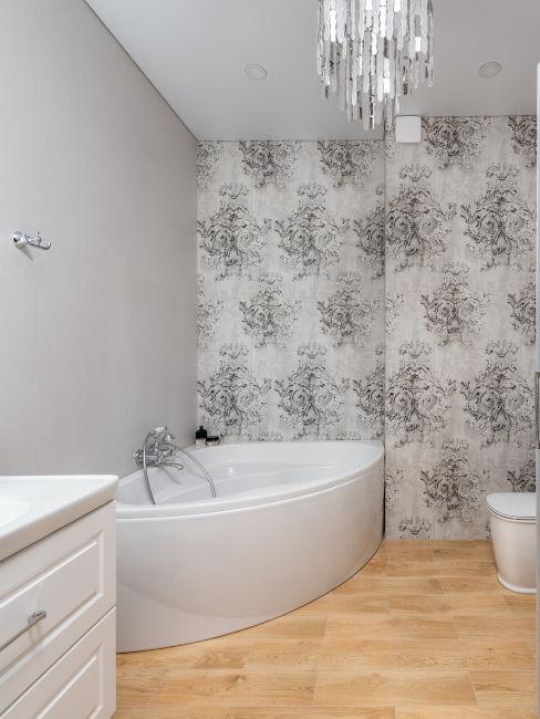 bagno con carta da parati su una parete