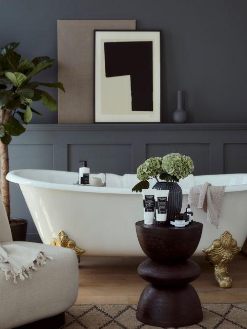 bagno con pareti blu e vasca elegante