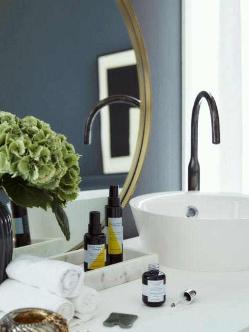specchio dorato con lavandino moderno