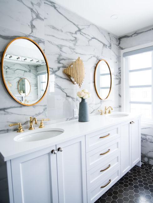 pareti in marmo e mobili bianchi con dettagli dorati