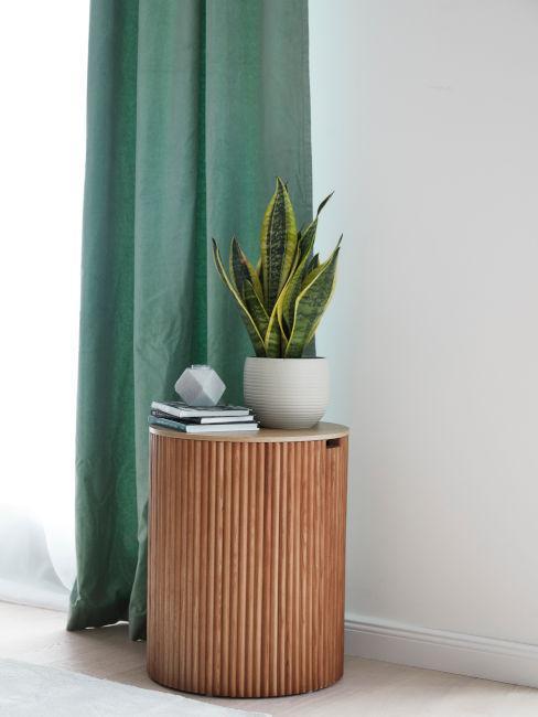 tavolino di legno con vaso e libri decorativi