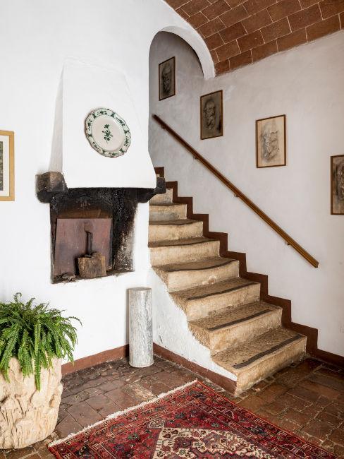 Ingresso con scale in stile rustico