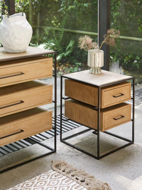 cassettiera e comodino abbinati in legno con bordi neri