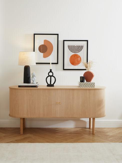 credenza in legno chiario con decorazioni nere e arancio