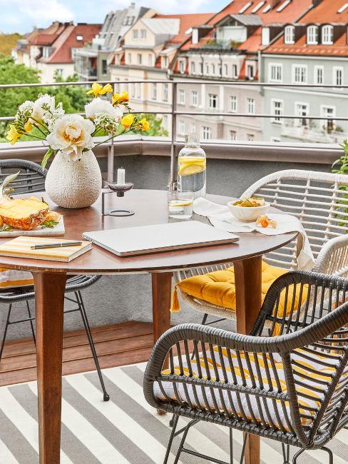 tavolo da esterno con sedie bicolor