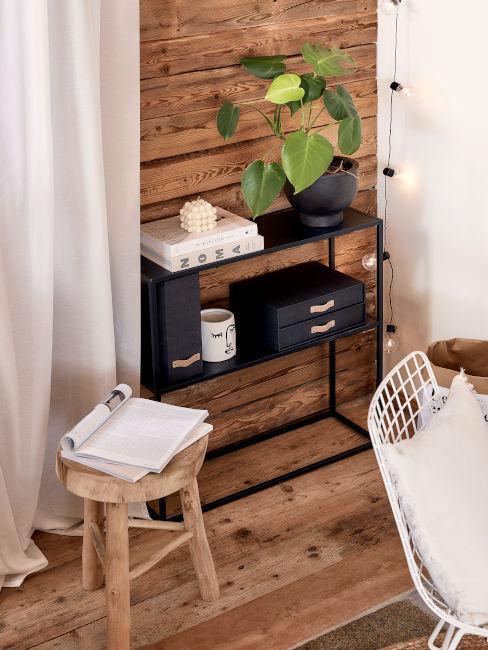 parete di legno con mobile nero