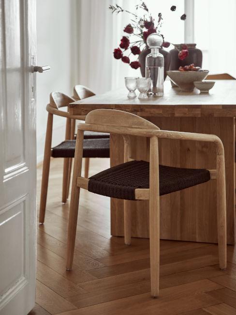 parquet in legno con tavolo da pranzo e sedie in legno