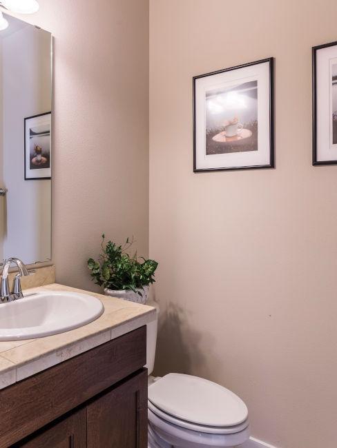 pareti bagno beige con quadri cornice nera