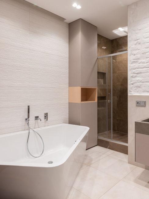 bagno con vasca e doccia e pareti chiare