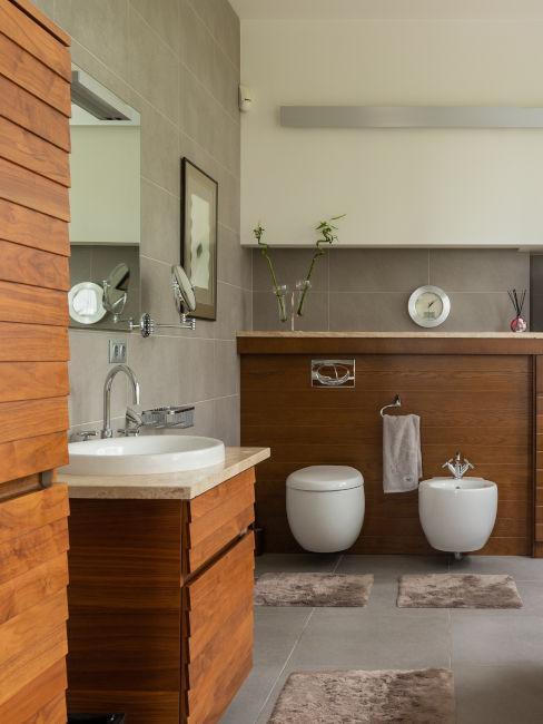 sanitari moderni bianchi e mobili in legno