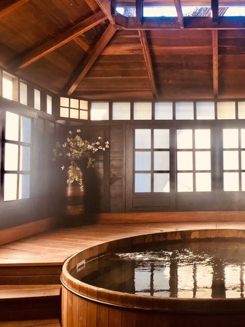 tipico bagno giapponese con vasca in legno