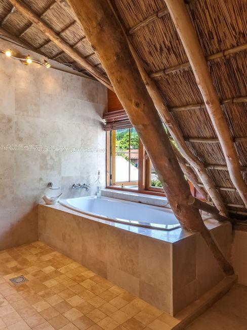 vasca da bagno con soffitto spiovente in legno