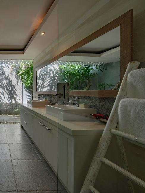 bagno lungo con vista su giardino