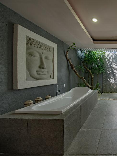 vasca da bagno lunga con quadro buddha