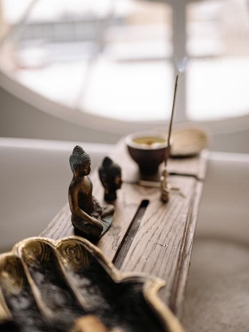 vassoio vasca da bagno con incenso e statuette