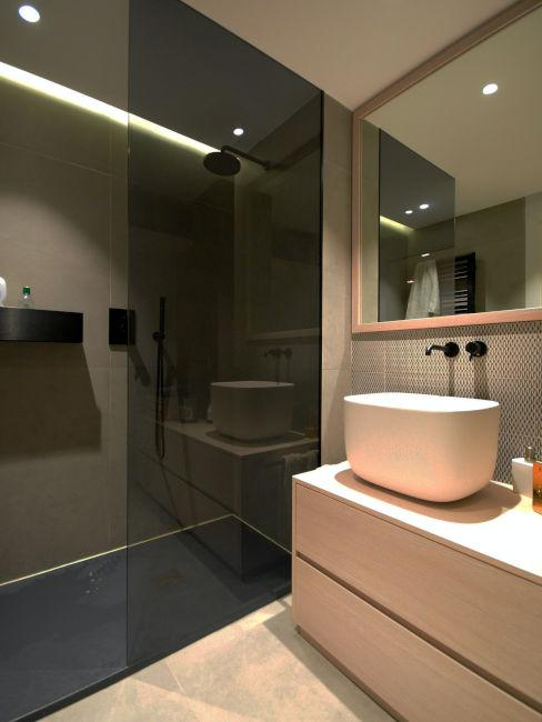 bagno moderno con vetro doccia nero