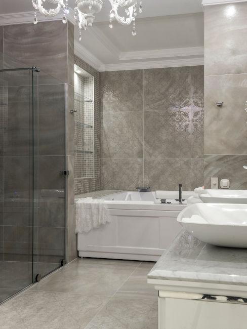 bagno in muratura con vasca e doccia