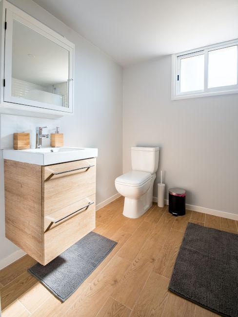bagno quadrato con parquet e pareti chiare