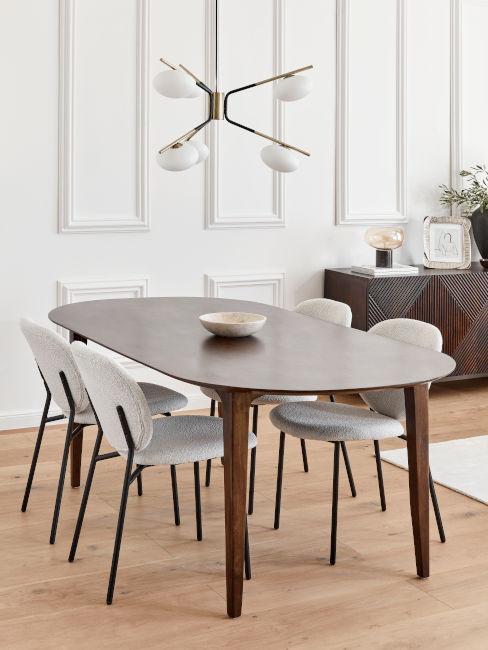 tavolo da pranzo in legno di noce con sedie chiare