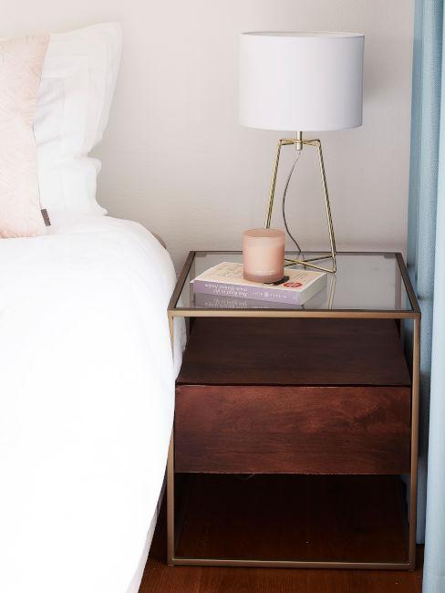 comodino in legno con lampada bianca