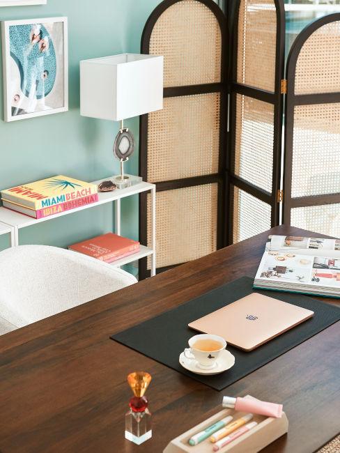 scrivania in legno di noce con pareti verde acqua