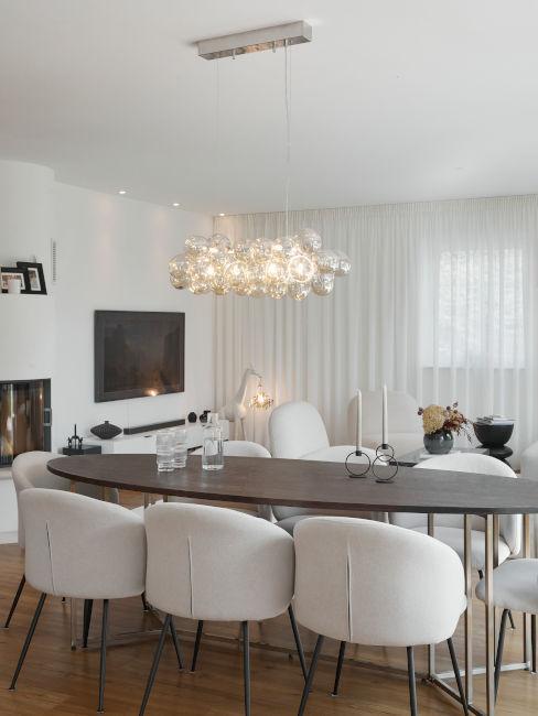 tavolo da pranzo in legno con sedie bianche