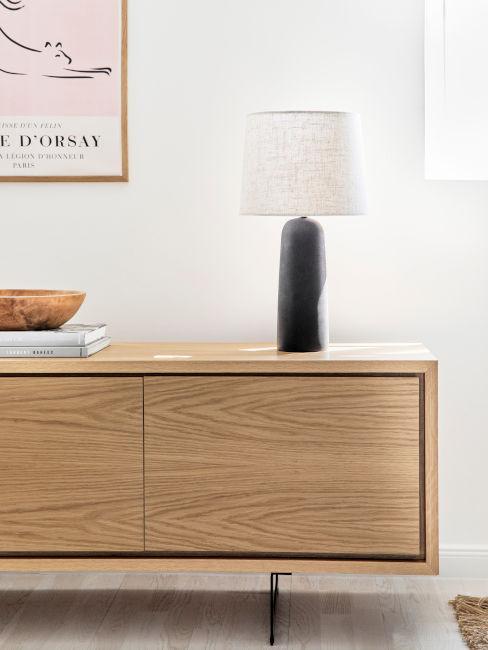 mobile basso in legno con lampada nera e bianca