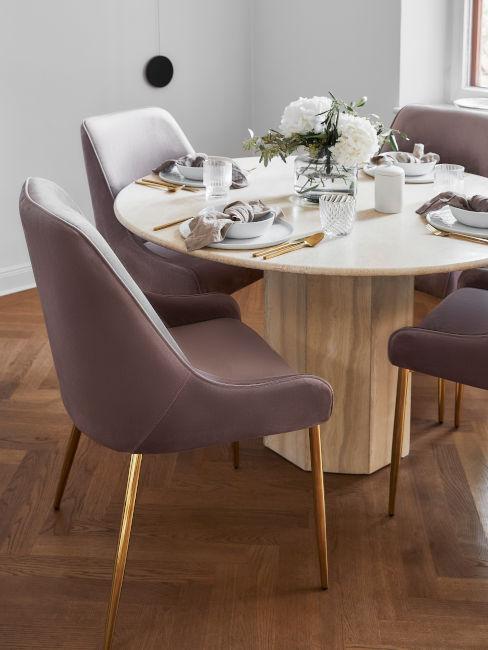 tavolo da pranzo in legno con poltroncine in velluto