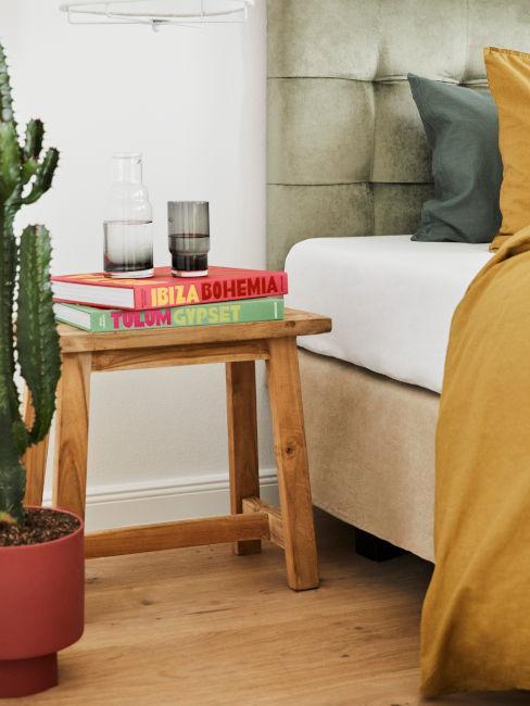 sgabello in legno con libri decorativi