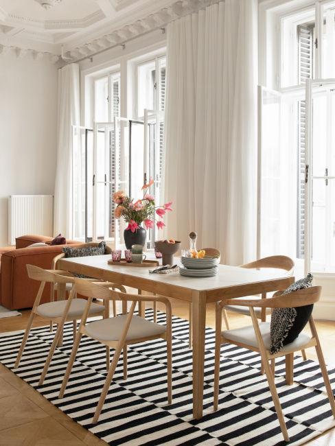 tavolo da pranzo in legno con sedie coordinate