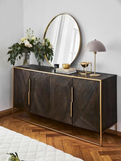 mobile in legno scuro con rifiniture oro