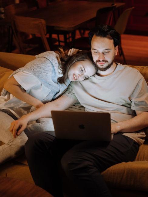 coppia che guarda qualcosa sul computer